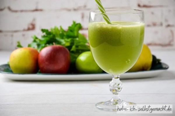 Frisch gepresster Saft mit Quitte Gurke Apfel Limette Petersilie