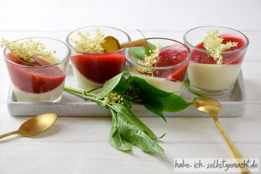 Holunder Panna Cotta mit Erdbeer-Sauce