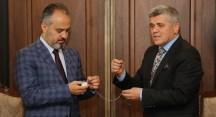 Başkan Aktaş'a sözleşme hatırası kurmalı saat