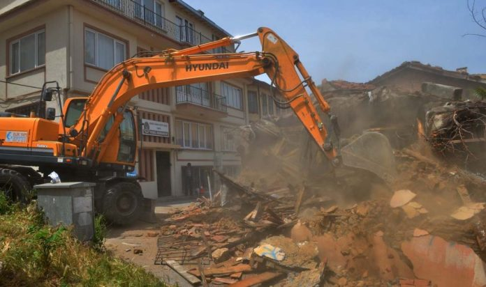 Madde bağımlılarının mekanı metruk binalar bir bir yıkılıyor