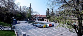 Bursa'da insan yoğunluğu oluşan cadde ve meydanlarda yürürken sigara içmek yasak
