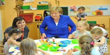 Anaokulu öğrencilerinden Merkel'e 65'inci yaş sürprizi