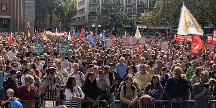 Almanya'da binlerce kişi ırkçılığa karşı yürüdü