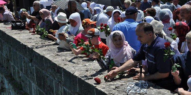 Bosna Savaşında diri diri yakılan kurbanlar anıldı