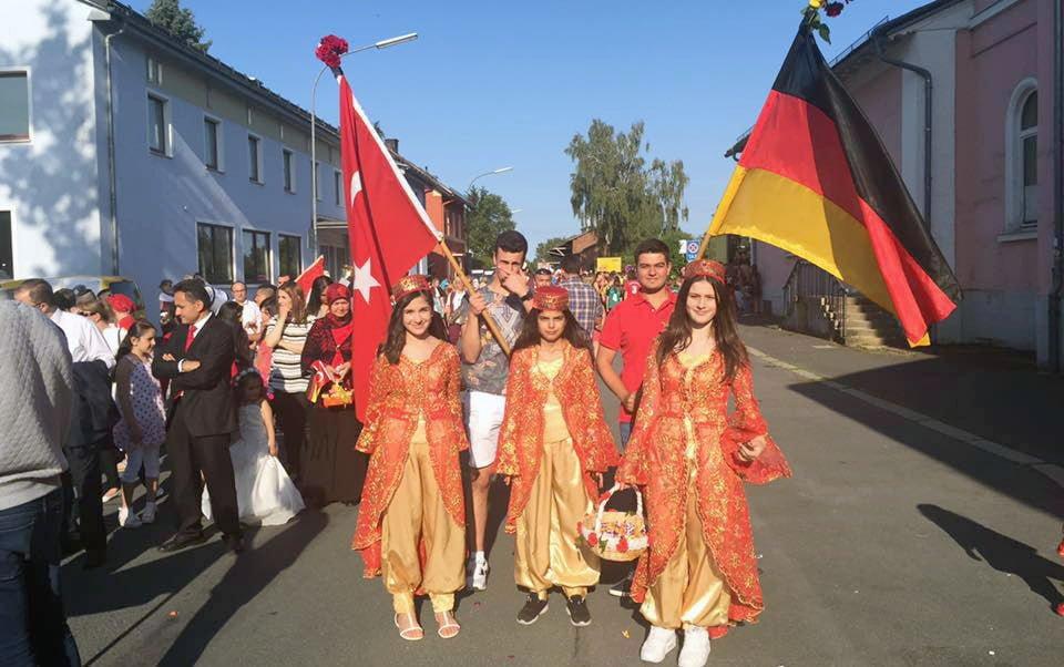 Bindallı elbiseler 175 yıllık Bavyera festivalinde sahne aldı