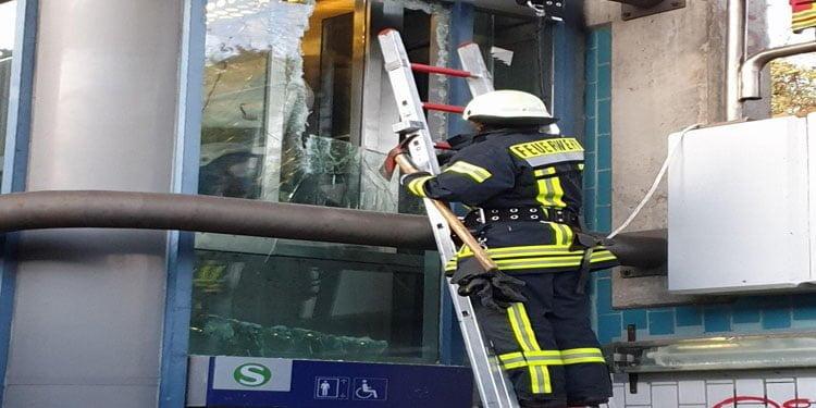 Asansörde sıkışan 4 kişi kurtarıldı