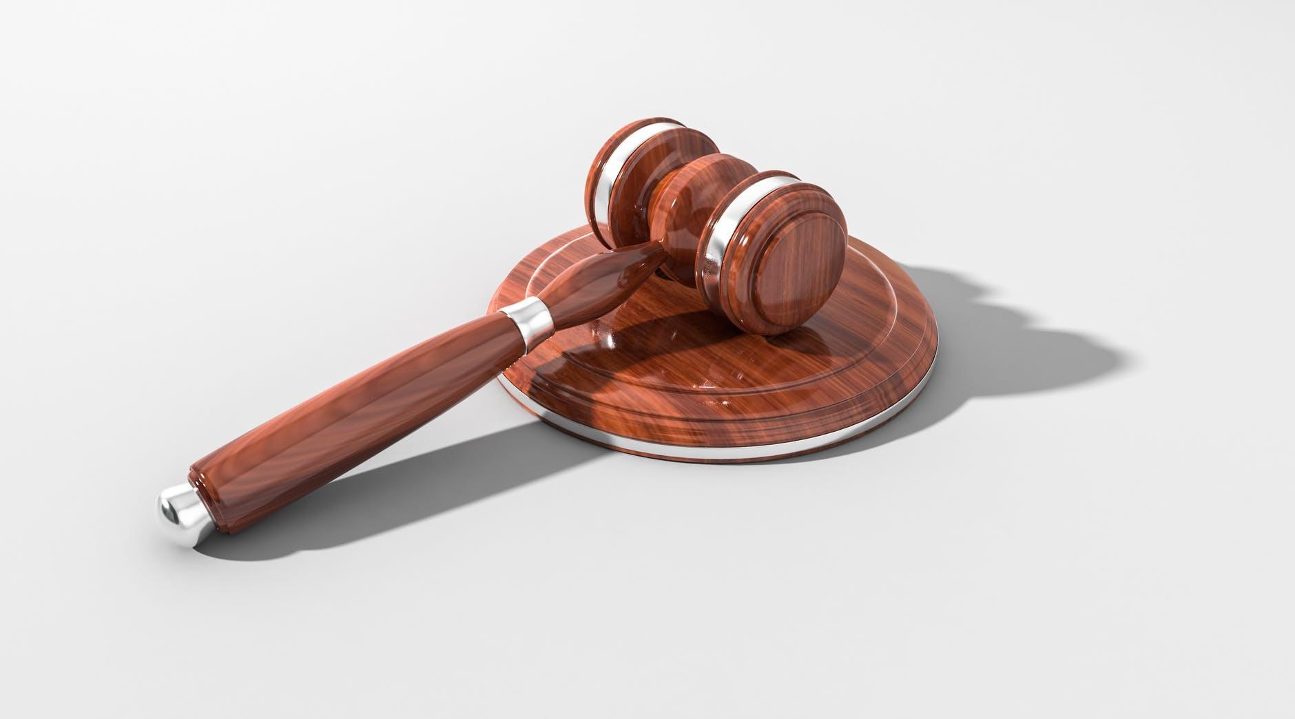 Almanya'da mahkeme, stajyer avukatın başörtüsü yasağına itirazını reddetti