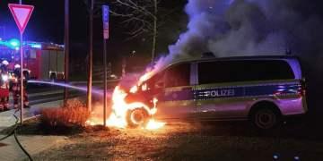 Polis aracını alevler sardı