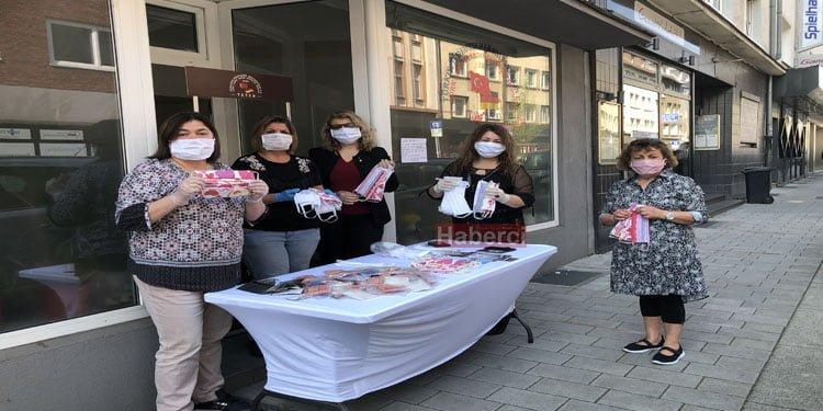 Türk kadınlar maske dağıttı
