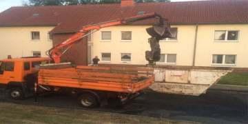 Yanan elektrikli araç su dolu konteynırda söndürüldü