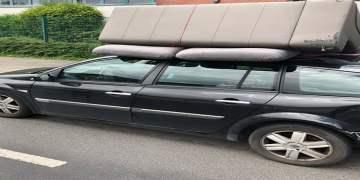 Araç tavanına koltuk takımı yükledi