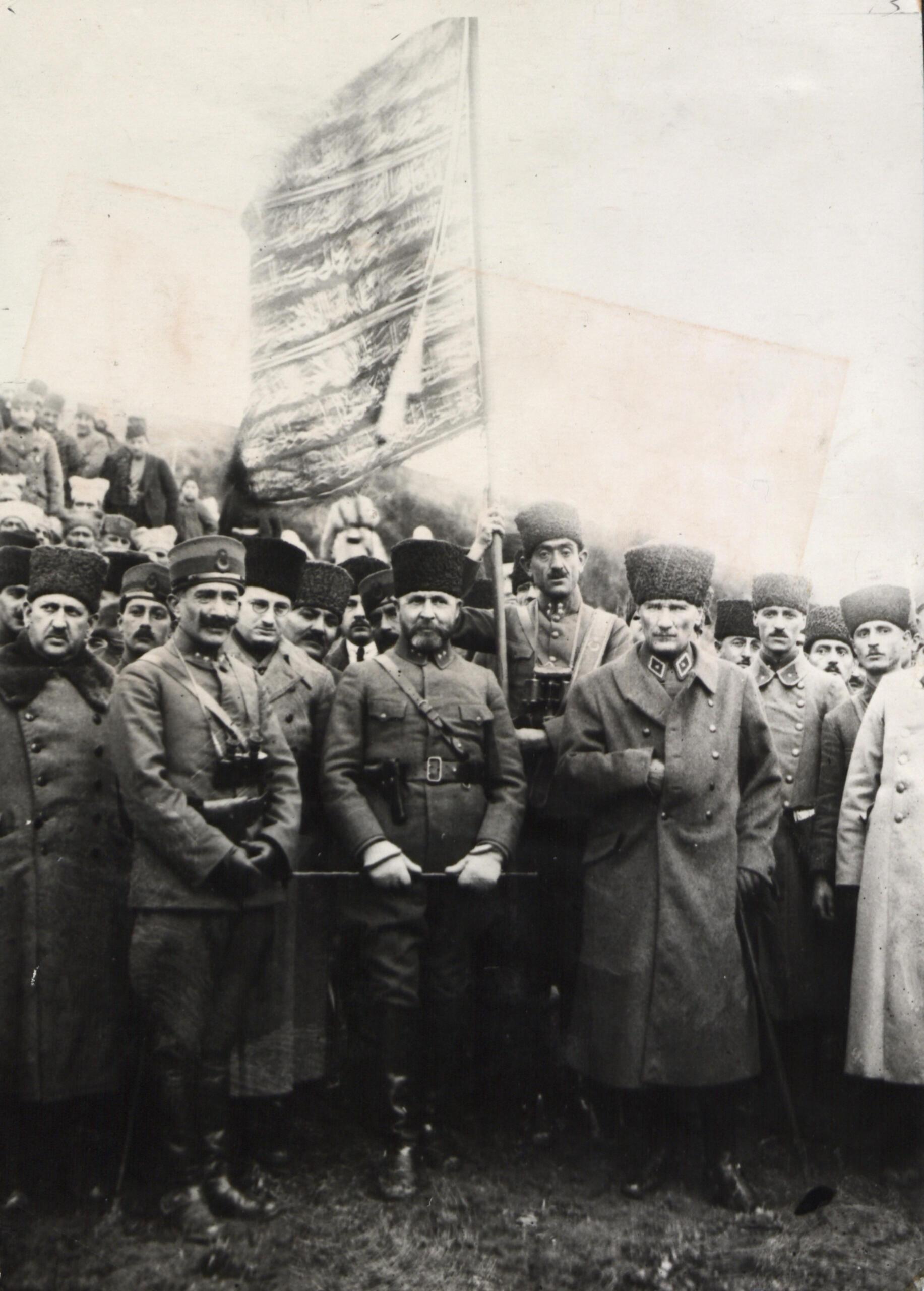 Atatürk ve arkadaşları Birinci Ordu Sancağı ile birlikte