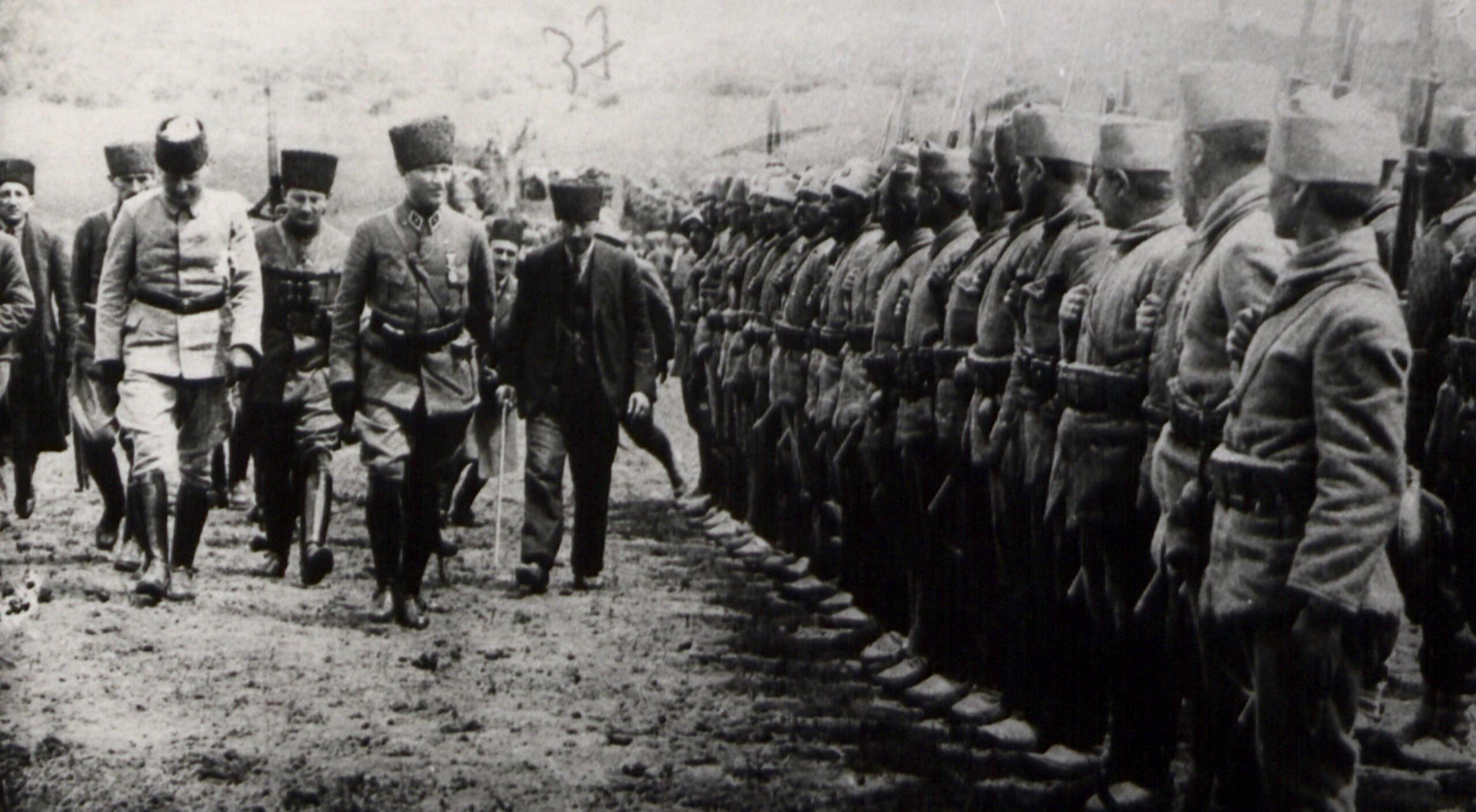 Atatürk birlikleri denetliyor