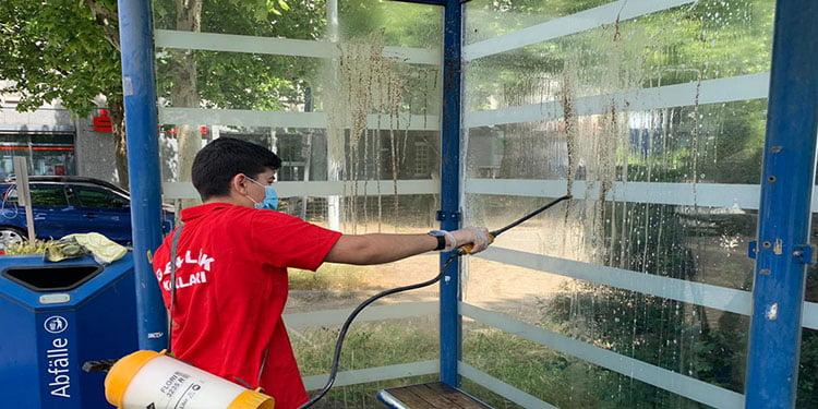 Gençlerden cami dezenfektesi