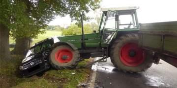 Traktör otomobile bindirdi