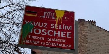 Almanya'da terör örgütü yandaşlarından camiye boyalı saldırı