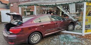 Yaşlı şoför dükkanın vitrinine daldı