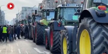 Berlin'de çiftçilerden hükümete traktörlü protesto (VİDEO)
