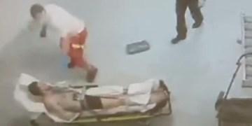Sağlıkçı vururken polis seyretti
