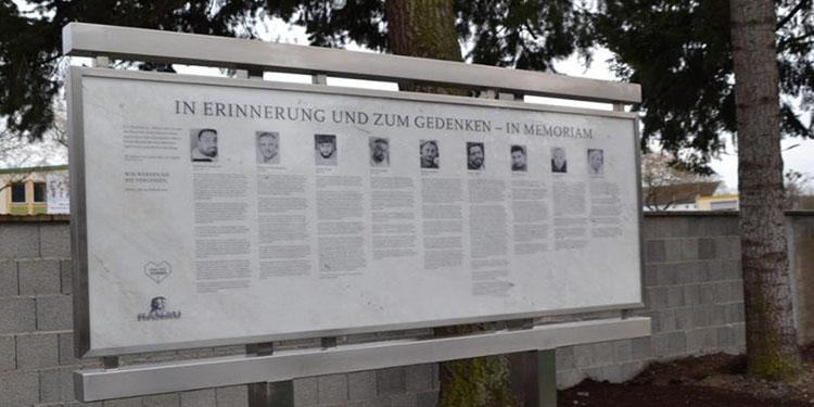 Hanau kurbanları mezarlığına anma tabelası