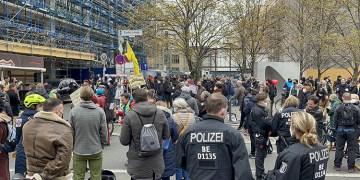 Almanya'da kovid tedbirleri protesto edildi