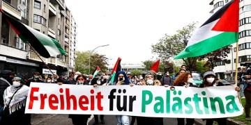 Berlin'de binlerce kişi İsrail'in Mescid-i Aksa'ya ve Filistinlilere yönelik saldırılarını protesto etti