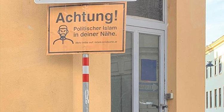 """Skandal uygulama: Müslümanların """"dijital harita""""yla fişlendiği Avusturya'da camilere ırkçı levhalar asıldı"""