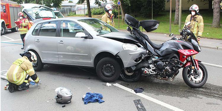 Otomobil motosikleti metrelerce sürükledi