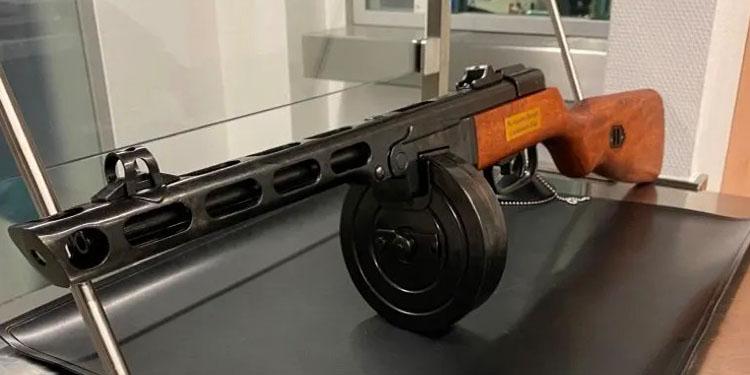 Bagajdan hediyelik makinalı tüfek çıktı
