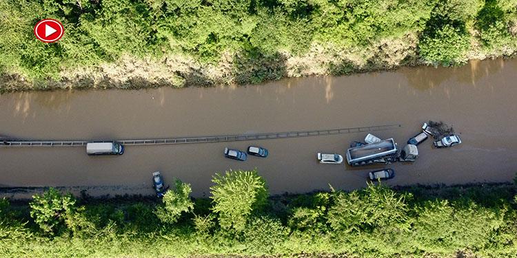 Otobanda sular altında kalan araçlar havadan görüntülendi (VİDEO)
