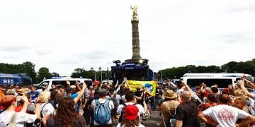 Almanya'da koronavirüs önlemleri protesto edildi