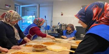 DİTİB kadın gönüllüleri lahmacun satarak selzedelere destek oldu