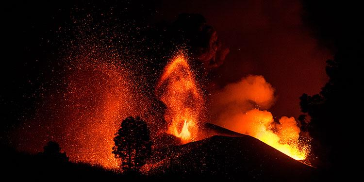 La Palma adasındaki volkanda lav akışı görüntülendi