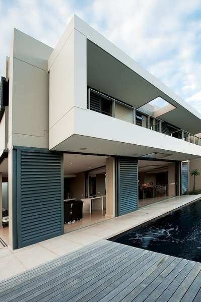 The builder's willingness to experiment led to the successful terrazzo work on horizontal 'floating elements' seen on the pool terrace.