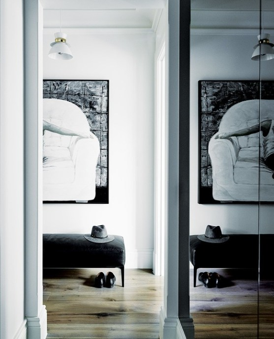 The black and white signature is continued in the main suite.