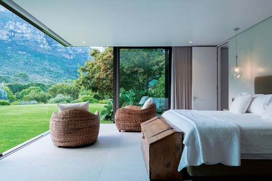 A cantilever roof precludes the use of columns to enable uninterrupted views of Kirstenbosch and the mountain.