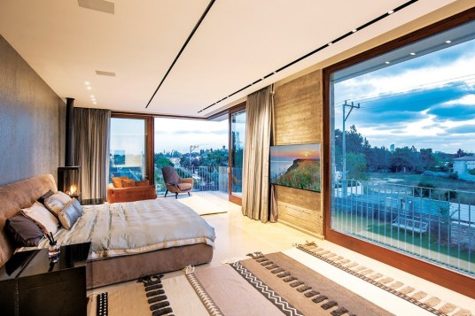 The entire unsupported corner of the master bedroom suite opens up to the distant views of downtown Tel Aviv.