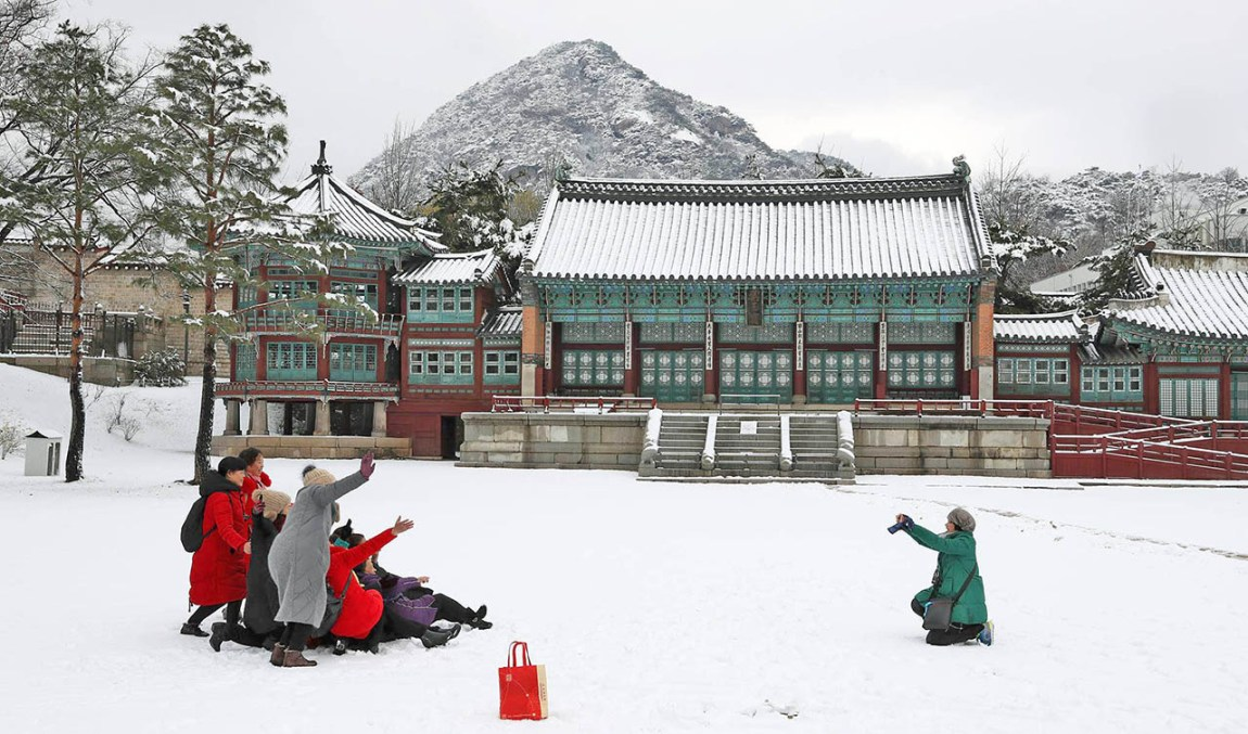 Seoul has 8.8 centimeters of snow today, the highest ever in history as the first snow