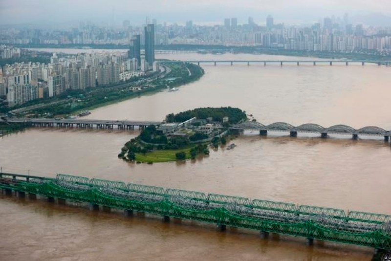 Traffic chaos in Seoul due to road blocks as Han River water level rises
