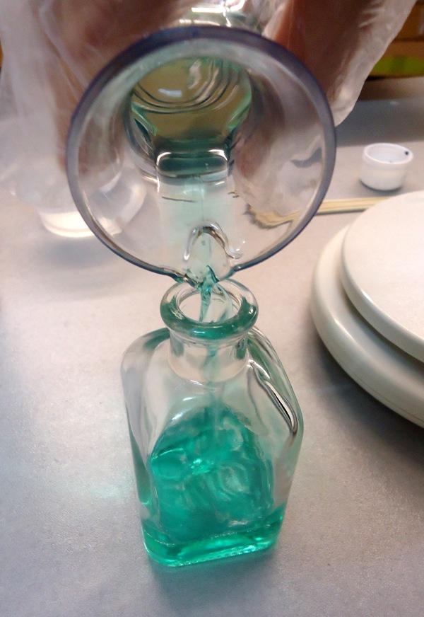 Guardamos la mezcla en la frasca para mikados como último paso