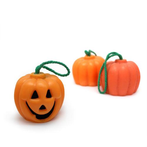 Hacer manualidades de Halloween: jabón cuelgaduchas con forma de calabaza