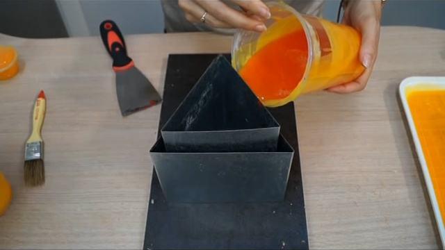 Vertemos la parafina dentro del molde para hacer fanales