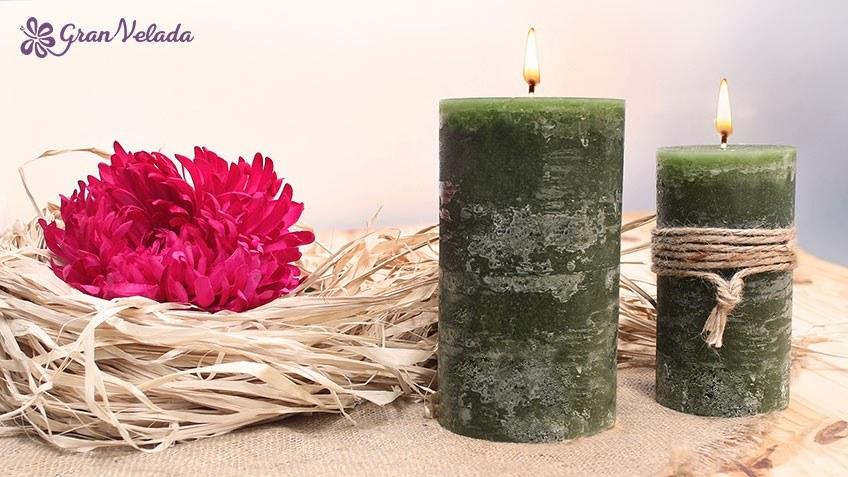 Imagen de dos velas caseras de color verde.