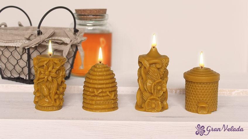 Foto de unas velas terminadas con Cera de Abeja hechas con el curso de hacer velas