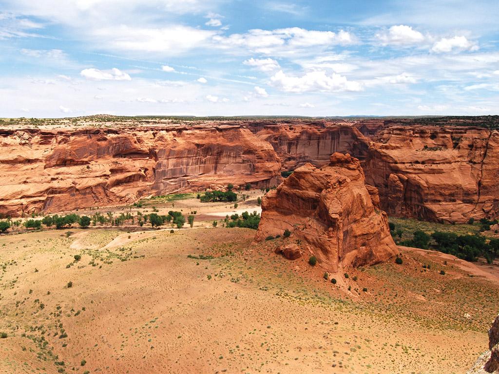 red rock landscape of canyon de chelley