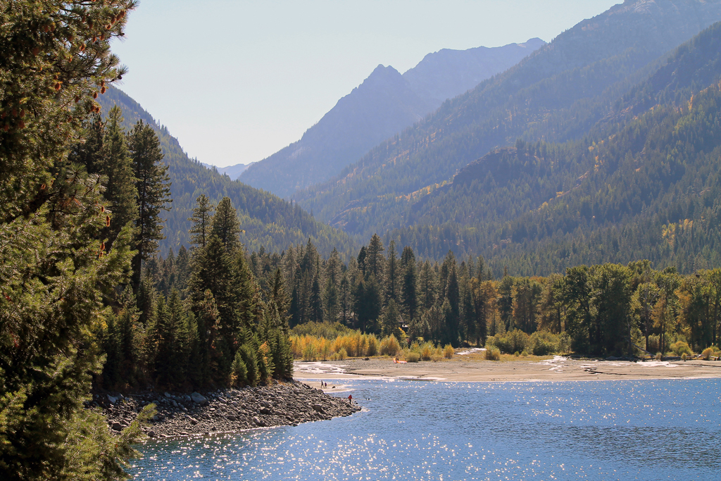 view of the Wallowa lake in Oregon with mountains and clear water