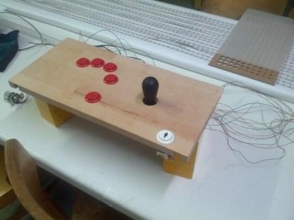 Feuerknöpfe und Joystick im Testaufbau.