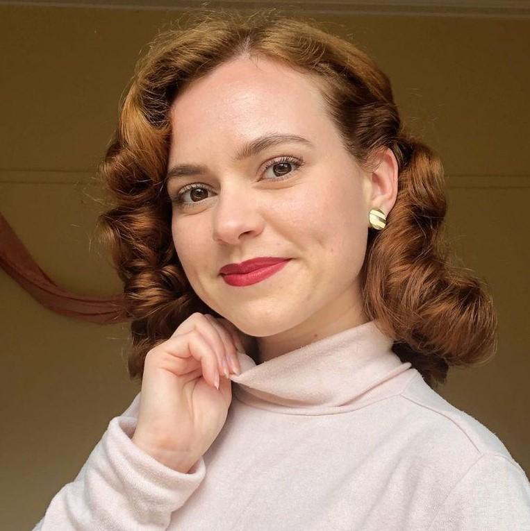 Vintage Wavy Hairstyle for Medium Hair