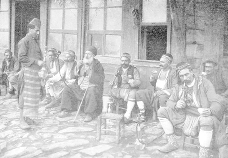 تدخين الشيشة في أحد مقاهي اسطنبول عام 1905