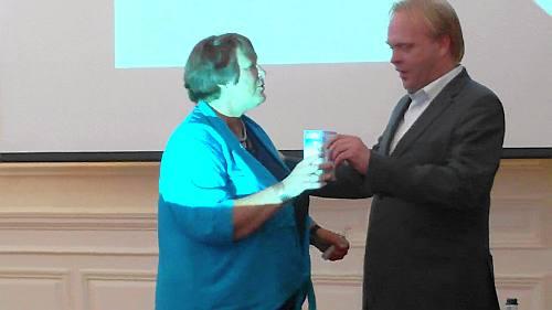Anja Overhoff ontvangt eerste Scheveningen Directory 2010